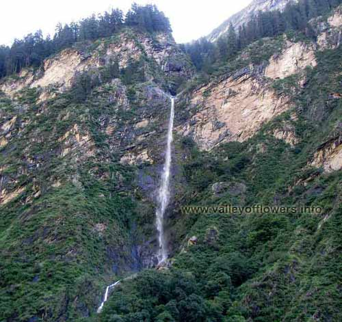 Waterfall near Pulna Village | This water fall seen after walking 5-6 Kilometers towards Ghangria village. To see video of this fall you can visit our Gallary page.