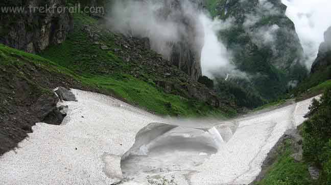 Glacier on the way to Valley of Flowers