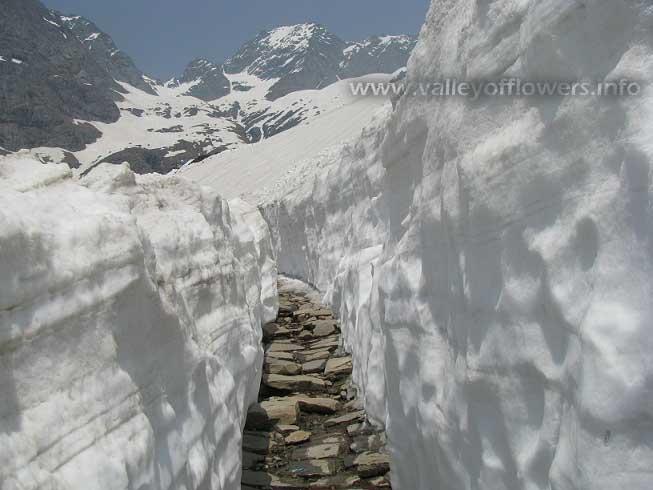 12 feet snow on the way to Hemkund Sahib
