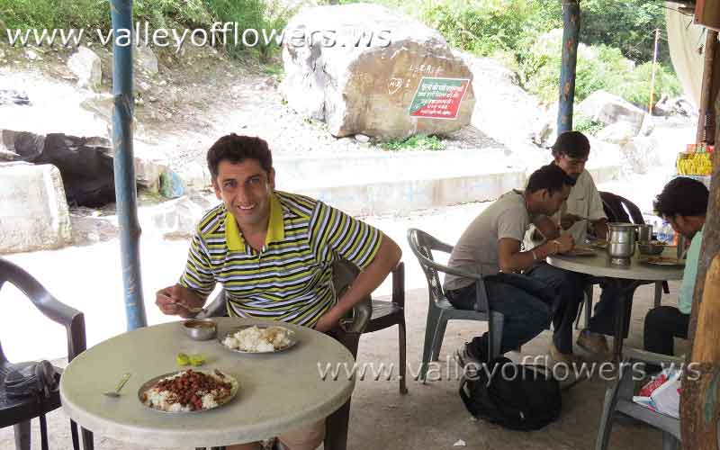 Govindghat to Ghangraria trek, Having lunch on the way