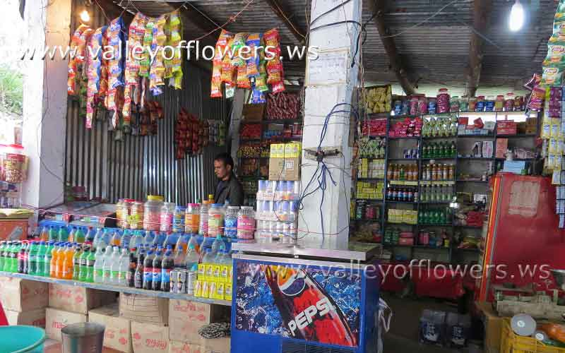 Govindghat to Ghangraria, shops on the way.
